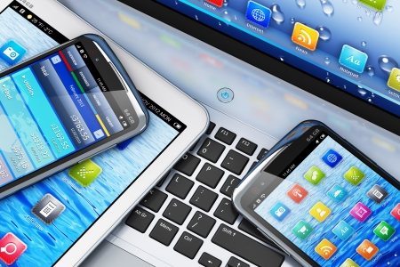 vista macro di computer tablet e smartphone touchscreen con interfacce colorate sul taccuino del computer portatile del PC Archivio Fotografico