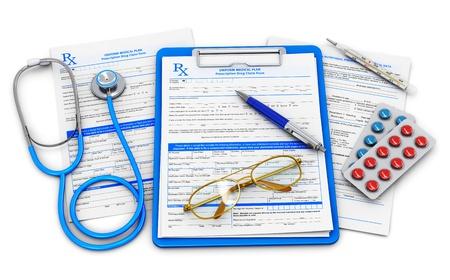 醫療保健: 醫療保險的醫生和醫療保健的概念:用剪貼板處方藥藥索賠表,聽診器,眼鏡藍色圓珠筆在白色背景孤立