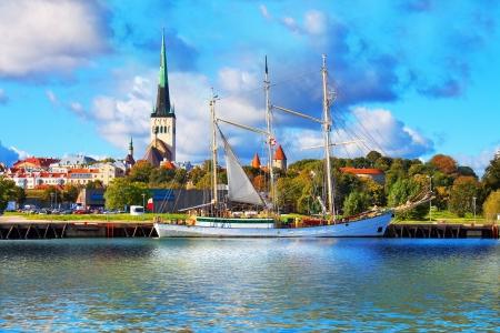 エストニア、タリンの旧市街の歴史的な背の高い帆船と桟橋の風光明媚な夏のパノラマ