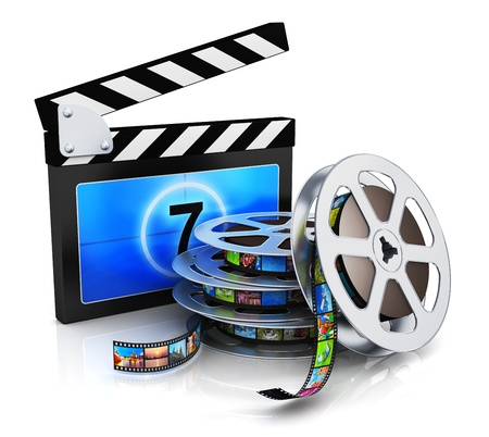 produktion: Kino, Film, Film-und Video-Medien-Industrie Produktionskonzept Filmklappe, Metall Filmrolle mit Filmstreifen mit bunten Bildern auf weißem Hintergrund mit Reflexion Wirkung isoliert