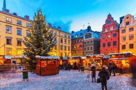 Schöne verschneite Winterlandschaft der Weihnachtsferien Messe in der Big Square Stortorget in der Altstadt Gamla Stan in Stockholm, Schweden