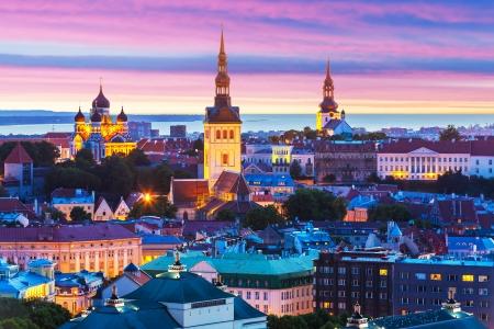 エストニア、タリンのオールド タウン アーキテクチャの夜夏の風光明媚なパノラマ