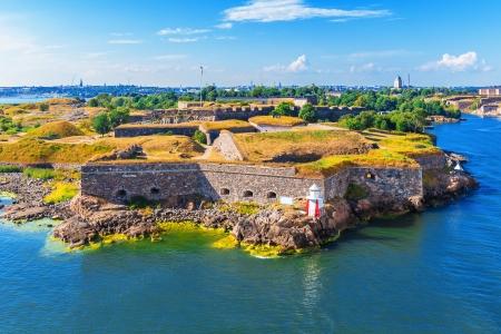 フィンランド、ヘルシンキのスオメンリンナ市内海要塞の風光明媚な夏空撮 写真素材