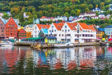 Panorama escénico verano del muelle arquitectura casco antiguo de Bryggen en Bergen, Noruega Foto de archivo