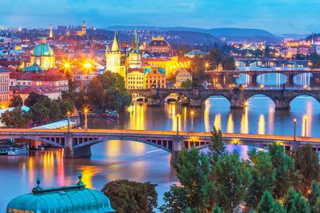 블 타바 (Vltava) 강, 프라하, 체코 찰스 다리와 올드 타운 (Old Town) 아키텍처의 저녁 여름 풍경