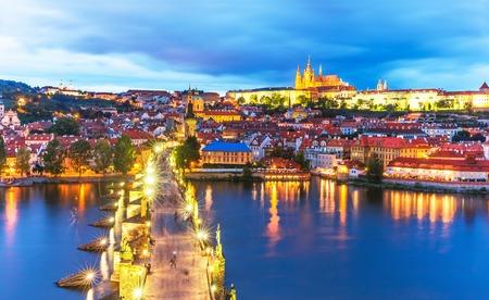 cielo atardecer: Scenic noche panorama de verano de la arquitectura de la Ciudad Vieja con el r�o Moldava, el Puente de Carlos y la Catedral de San Vito en Praga, Rep�blica Checa