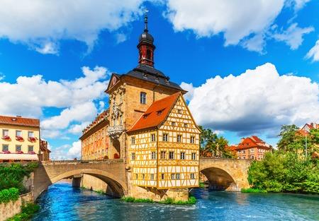 Scenic zomer uitzicht op de oude stad architectuur met Stadhuis gebouw in Bamberg, Duitsland