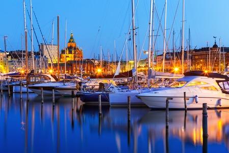 Scenic zomer avond panorama van de oude haven en Uspenski Orthodoxe kathedraal in de Oude Stad in Helsinki, Finland Stockfoto