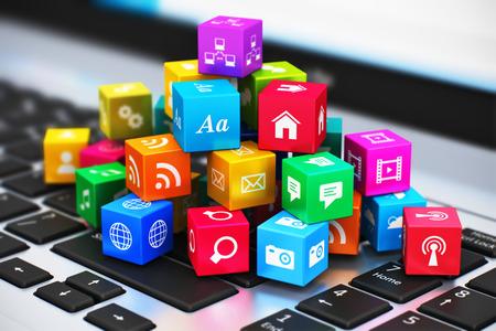 크리 에이 티브 추상적 인 컴퓨터 미디어와 선택적 포커스 효과 노트북 키보드에 응용 프로그램 아이콘 및 기호와 다채로운 큐브의 힙의 인터넷 통신
