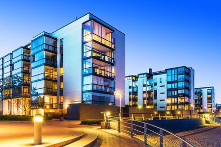 Haus Bau und Stadtaufbau-Konzept: Abendaußenansicht des modernen städtischen Immobilien Häuser