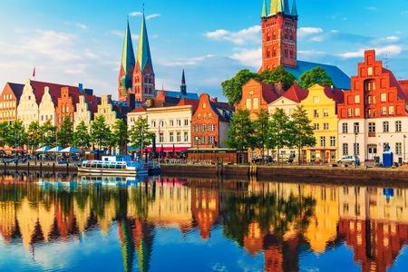 Scenic letní západ slunce pohled na molo architektury Starého Města Lübeck, Německo