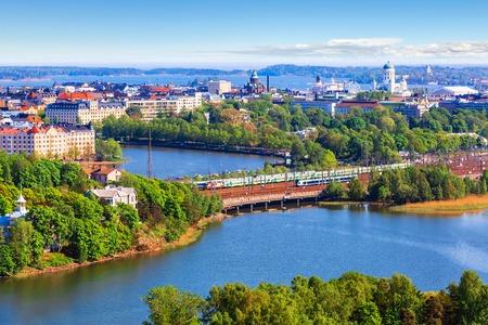 in the summer: Scenic verano panorámica aérea de la arquitectura de la ciudad vieja en Helsinki, Finlandia