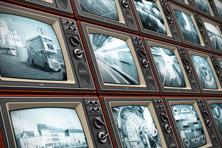 journal t�l�vis�: Radiodiffusion t�l�visuelle r�sum� cr�atif, nouvelles m�dias, affaires, divertissement et cin�ma notion mur de vieux �crans de t�l�vision en noir et blanc en bois avec diff�rents canaux de diffusion