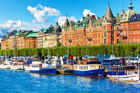 スウェーデン、ストックホルムの旧市街ガムラ ・ スタン桟橋アーキテクチャの風光明媚な夏のパノラマ