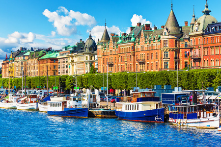 Sceniczny panorama molo architektury Starego Miasta Gamla Stan w Sztokholmie, Szwecja