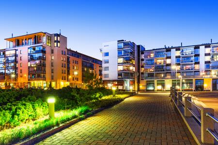 La construcción de viviendas y la construcción de la ciudad por la noche al aire libre concepto urbano vista de las modernas casas de bienes raíces