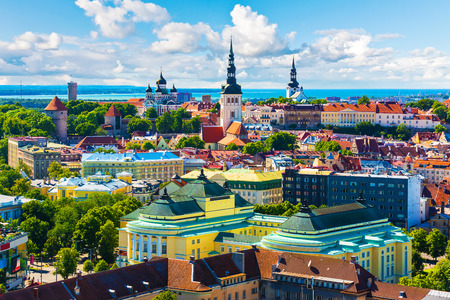 エストニア、タリンのオールド タウン アーキテクチャの風光明媚な夏空撮