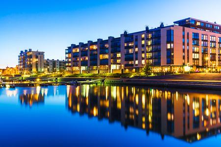 La construcción de viviendas y la construcción de la ciudad por la noche al aire libre concepto urbano vista de las modernas casas de bienes raíces Foto de archivo