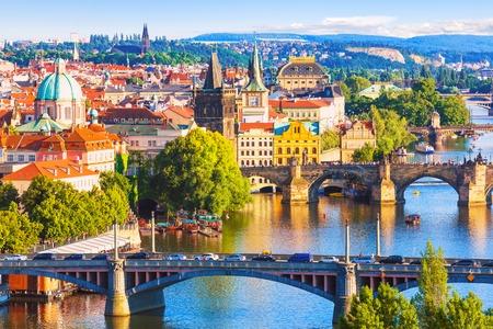 Scenic lato z lotu ptaka molo architektury Starego Miasta i Mostu Karola nad rzeka Wełtawa w Pradze, Republika Czeska