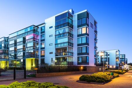 case moderne: Edilizia e costruzioni citt� concetto Casa serata all'aperto urbano vista di moderne case immobiliari Archivio Fotografico
