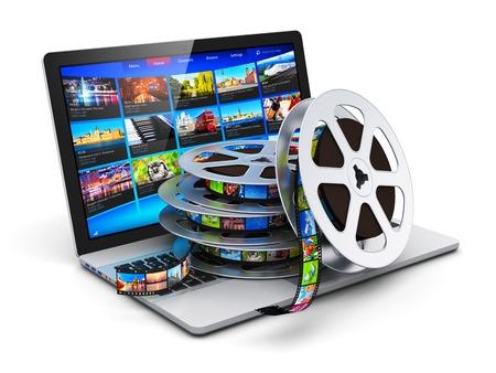 rollo pelicula: ordenador portátil móvil o de negocios notebook ordenador PC y pila de rollos con tiras de película aislados sobre fondo blanco