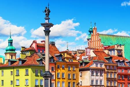 Verão vista panorâmica da Praça do Castelo arquitetura antiga com coluna de Sigismund, na Cidade Velha de Varsóvia, Polônia
