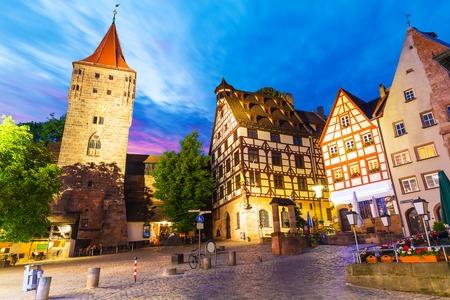 Scenic Sommer Nacht Blick auf die Altstadt mittelalterliche Architektur mit Fachwerkgebäude in Nürnberg, Deutschland