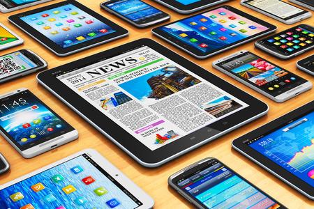 創造的な抽象的なモビリティとタブレット コンピューターの PC と近代的なタッチ スクリーンのスマート フォンや木製のテーブルの携帯電話のデジ