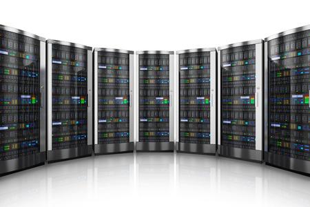 meseros: Fila de servidores de red en centro de datos aislados sobre fondo blanco con efecto de reflexión