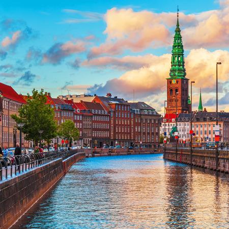Scenic zomer zonsondergang in de oude binnenstad van Kopenhagen, Denemarken Stockfoto