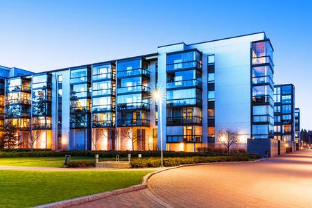 housing estates: Creativo casa costruzione astratta e citt� concetto costruzione: serata all'aperto urbano vista di moderne case immobiliari