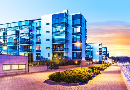 viviendas: Concepto de la casa de construcci�n y la construcci�n de la ciudad: la noche al aire libre vista urbana de modernas casas de bienes ra�ces Foto de archivo