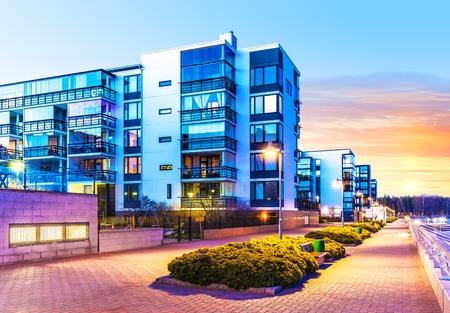 moderne: Maison b�timent et la construction notion ville: soir�e urbain vue ext�rieure d'habitations immobiliers modernes