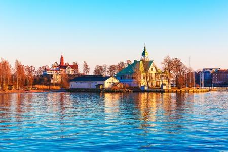 Scenic soir de printemps mer coucher de soleil dans le port de la vieille ville de Helsinki, Finlande