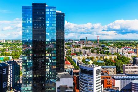 タリン、エストニアの背の高い高層ビル建物と近代的なビジネス金融街の風光明媚な夏空撮 写真素材