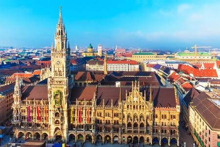 iglesia: Panorama esc�nico a�rea de la plaza Marienplatz con la antigua arquitectura g�tica medieval edificio del Ayuntamiento en el casco antiguo de M�nich, Baviera, Alemania