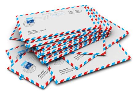 Abstraite e-mail créatif et communication correspondance notion bureau d'affaires de la paperasserie: pile de papier poste aérienne enveloppes de lettres isolé sur fond blanc