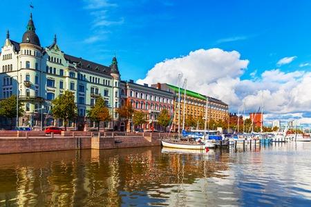 Vista panoramica estiva di architettura molo vecchio porto con le navi, yacht e altre imbarcazioni nel centro storico di Helsinki, Finlandia