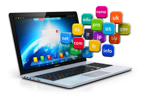 Creativo astratto comunicazione globale internet tecnologia PC e web telecomunicazione computer concetto di business: un gruppo di icone di colore con i nomi di dominio e laptop o notebook isolato su sfondo bianco con effetto di riflessione