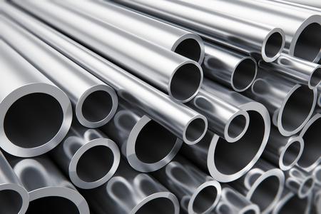 創造的な抽象的な重冶金工業、工業的な生産事業生産コンセプト: 選択的なフォーカス効果と光沢のある金属鋼管のヒープ
