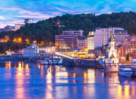 Scenic Sommerabend Blick auf Dnjepr Pier in Kyiv Ukraine