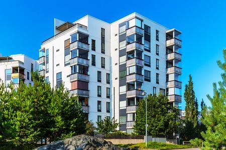 exteriores: Edificio creativo abstracto casa y ciudad concepto industria de la construcción: verano al aire libre vista urbana de las modernas casas de bienes raíces