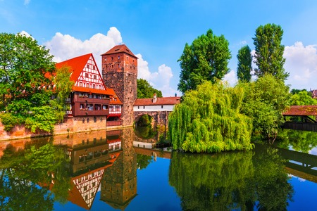 伝統: ドイツ伝統の木組みの家旧市街の中世建築とニュルンベルク、ドイツのペグニッツ川に架かる橋の風光明媚な夏景色