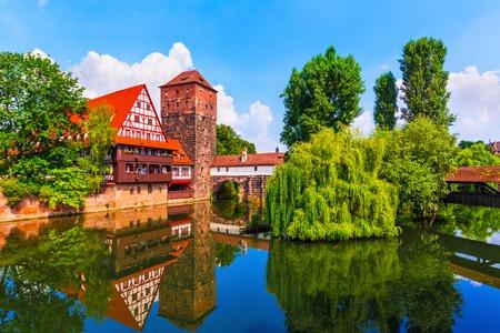 Scenic zomer uitzicht op de Duitse traditionele middeleeuwse vakwerkhuizen oude stad architectuur en de brug over de rivier de Pegnitz in Neurenberg, Duitsland