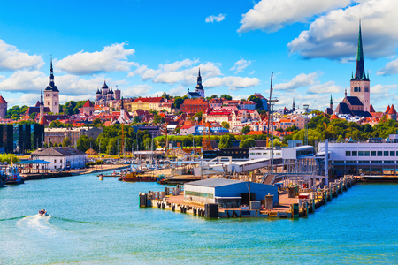 mar: Vista de verano escénica de la Ciudad Vieja y el puerto de mar del puerto de Tallin, Estonia