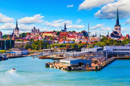 Vista panoramica estiva del Vecchio porto storico e porto di Tallinn, in Estonia Archivio Fotografico