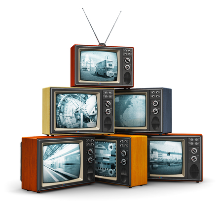 Creatief abstract communicatiemedia en televisiezender broadcasting concept: stapel of stapel van oude retro kleur houten huis TV-ontvanger sets met antenne op een witte achtergrond