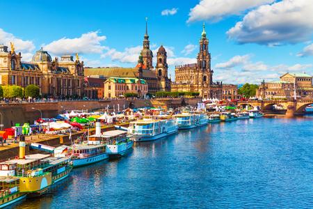 風光明媚な夏ドレスデン、ザクセン、ドイツのエルベ川の堤防と旧市街の建築観