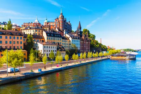 Scenic zomer uitzicht op de oude stad pier architectuur in de wijk Södermalm van Stockholm, Zweden Stockfoto