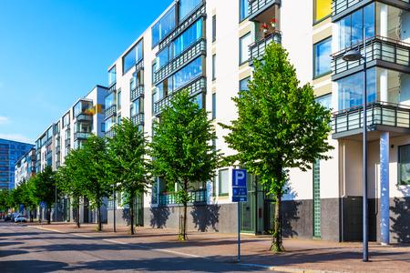 bâtiment Creative abstraite de la maison et de la ville concept industrie de la construction: été vue urbain extérieur de rue de la ville urbaine avec des maisons immobiliers modernes
